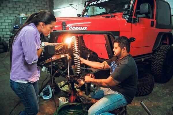 Angie Bonilla y Gustavo Canales trabajan en el taller propiedad de ambos, donde muchos llegan a armar sus doble tracción. | GABRIELA TELLEZ