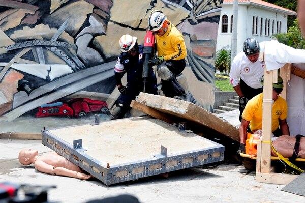 La actividad duró 60 minutos, en los cuales hubo ejercicio de atención de heridos, frente al BCR. En la CCSS, la presidenta María del Rocío Saénz bajó del noveno piso como cualquier persona. La esquina de entre el BCR y el Banco Central fue asignado como sitio de reunión y en la plaza de la estatua de León Cortés en La Sabana, se atendió a víctimas de un edificio colapsado. | JHON DURÁN