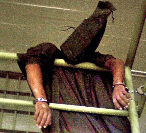 Esta foto, sin fecha, muestra a un detenido colapsado en la prisión de Abu Graib. En ese prisión se desató un escándalo internacional por fotos que se filtraron de soldados de EUA torturando a los prisioneros.