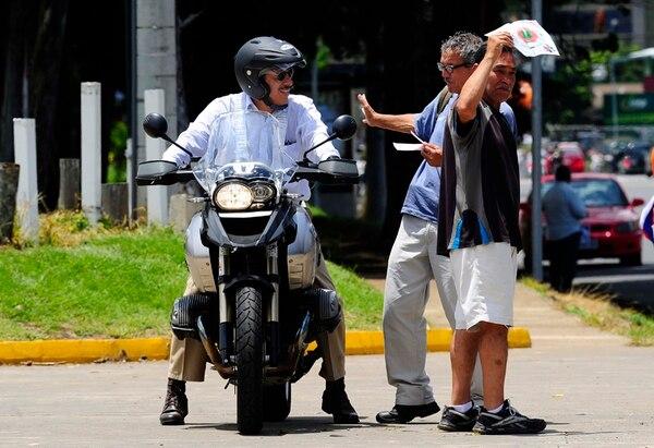 Un grupo de revendedores se apostó ayer en la acera frente a la entrada oeste del Estadio Nacional. Ahí atendieron a posibles clientes. | JOHN DURÁN