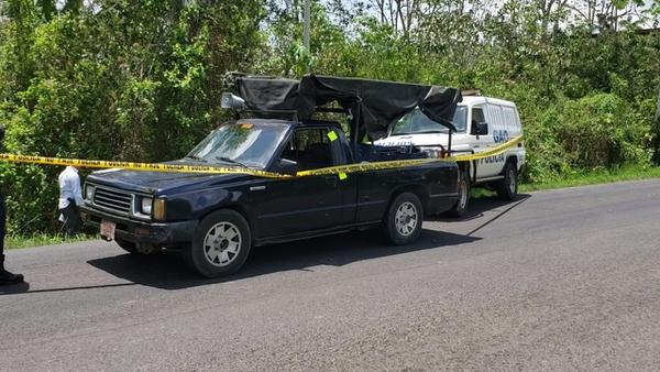 En este 'pick up' cargado de frutas intentaron escapar los presuntos asaltantes. La Policía los detuvo en Muelle. Fotografía: Édgar Chinchilla
