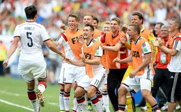 Hummels (5) marcó el segundo tanto de los teutones ayer, con que Alemania celebró la vapuleada ante Portugal en el estreno del Mundial. | EFE