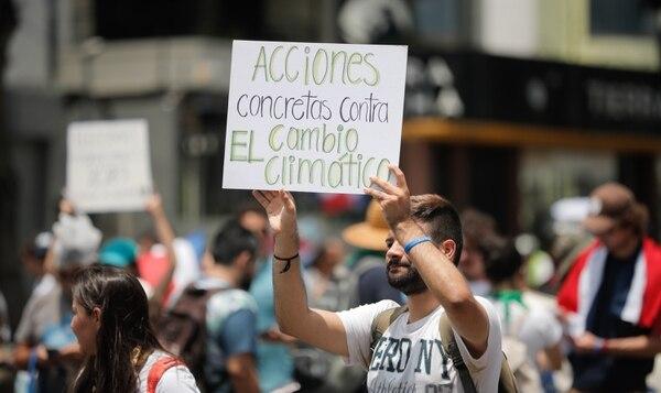 El cambio climático y las medidas para frenar esta situación fue uno de los temas candentes durante la caminata. Foto Jeffrey Zamora