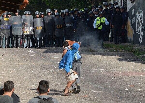 Grupos de estudiantes se enfrentaron el lunes con policías antimotines en la ciudad de San Cristóbal, estado de Táchira.