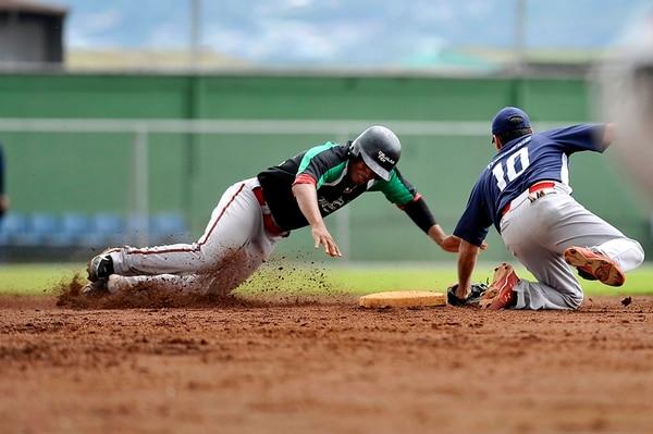 Carlos Artavia (10), el segunda base de Transtica, poncha a Ranfy Vargas de Motomas-Celulares Tek. | RAFAEL MURILLO