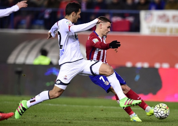 Celso Borges intenta bloquear un remate realizado por el francés Antoine Griezmann en el juego del Dépor ante el Atlético, en marzo. | AFP