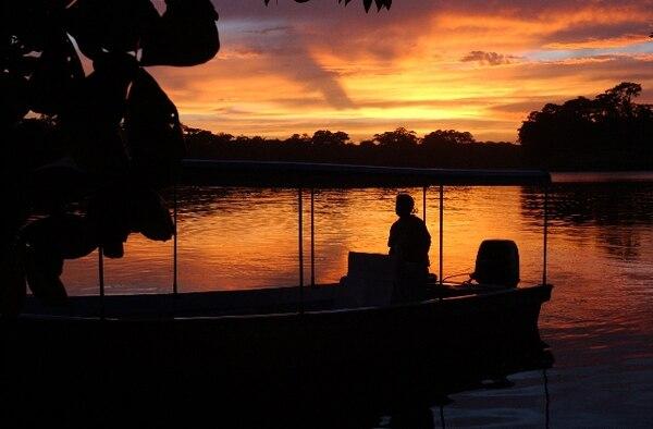 Para ir de Tortuguero a Pococí y regresar los vecinos deben recorrer 90 kilómetros, buena parte en bote. | ARCHIVO.