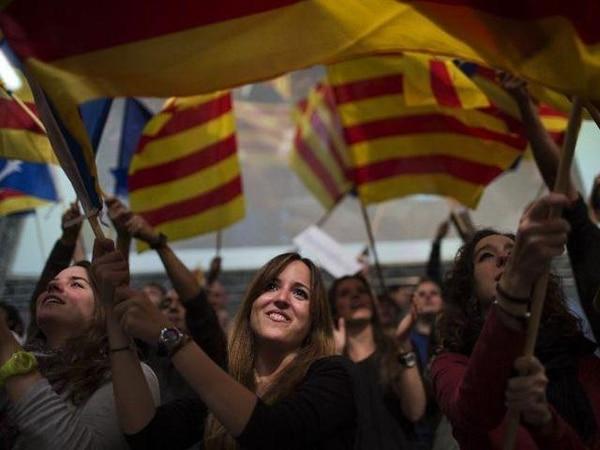 Un grupo de seguidoras del partido Convergencia i Unió, del saliente presidente regional Artur Mas, participaron en un acto proselitista en Barcelona con motivo de las elecciones regionales del domingo.   AP