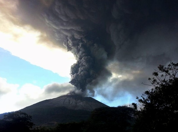 Los efectos de la actividad del volcán Chaparrastique, en El Salvador, amenazan con llegar a Honduras.