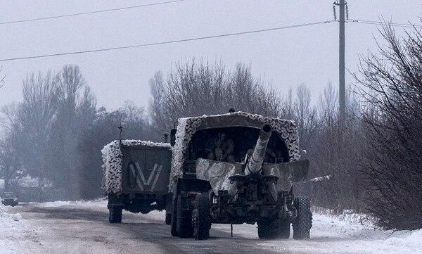 Un camión ucraniano transportaba el jueves una pieza de artillería por una carretera en las cercanías de la ciudad de Avdiivka, en el este del país.