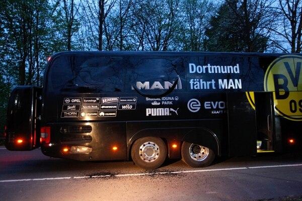 El bus del Borussia Dortmund después de la explosión.