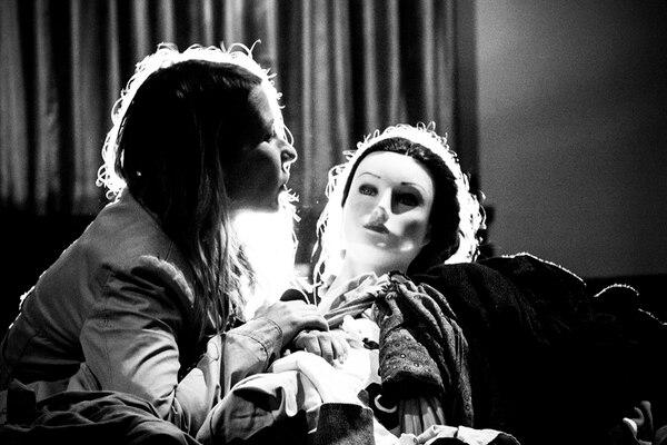 Doble. Los artistas, como Maud Le Chartier, interpretan versiones alteradas de sí mismos. Mariana Delgado para LN.