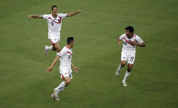 Los jugadores de Costa Rica celebran el segundo gol ante Uruguay