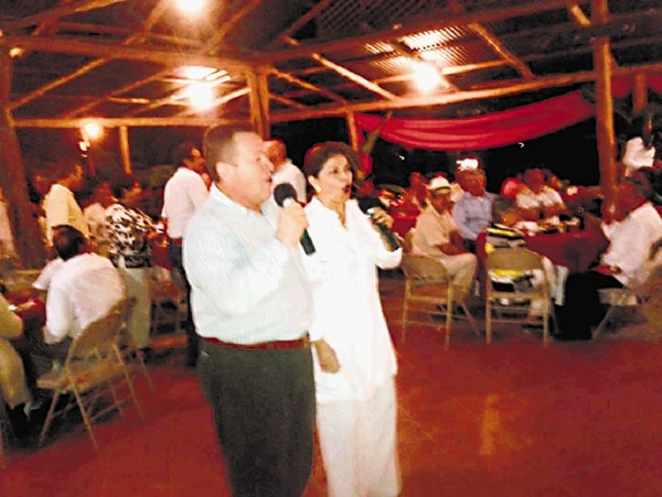 """¡Uyuyuy bajura! Al mal tiempo, buena cara. Esa pareció ser la actitud de la presidenta Laura Chinchilla, quien el 25 de julio se pegó tremenda cantada en un 'karaoke' junto con el alcalde de Nicoya, Marco Jiménez. Ahí donde la ven, está desgalillada junto con el funcionario, entonando nada menos que """"Mujeres divinas"""". A pesar de que en algún momento hubo amenaza de bochinches por la visita presidencial a Guanacaste, lo cierto es que al menos aquí en El Rancho de Pino, la 'Presi' recibió ovación cerrada por parte de los lugareños. La verdad es que pasamos todos un rato muy bonito."""