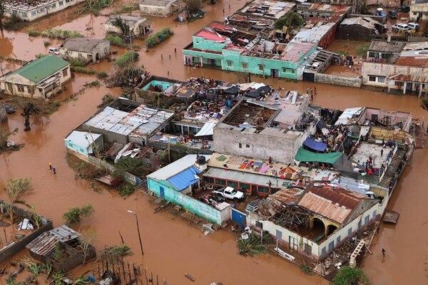 Habitantes de Buzi, en el centro de Mozambique, permanecían en los techos de viviendas, este miércoles 20 de marzo del 2019.