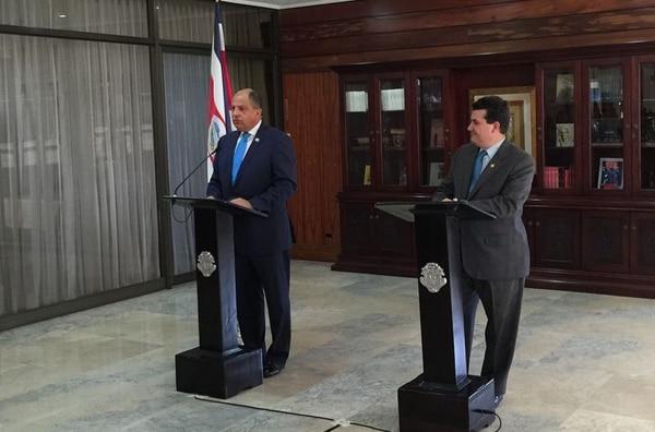 El Gobierno achacó a la prensa la incertidumbre creada entorno a Bancrédito. El Consejo de Gobierno acordó el pasado 25 de mayo sacar al banco de la intermediación. En la imagen, el presidente Luis Guillermo Solís y Sergio Alfaro, ministro de la Presidencia.