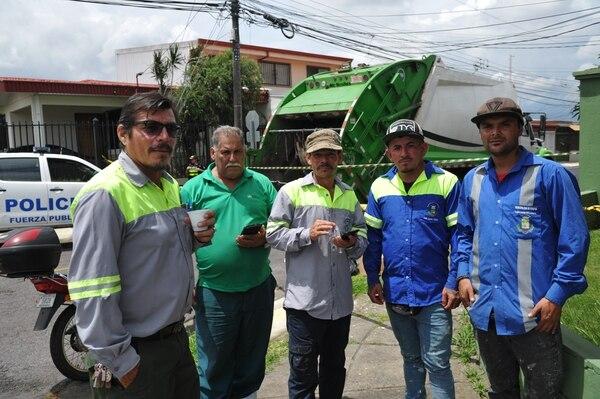 Los trabajadores municipales permanecieron en el sitio para dar su versión de lo ocurrido a las autoridades. Fotografía: Marvin Caravaca
