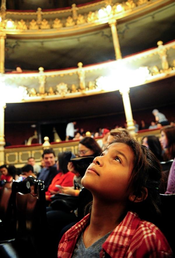 Ashley Naomi Alvendares observa el techo del Teatro Nacional. Graciela Solís.