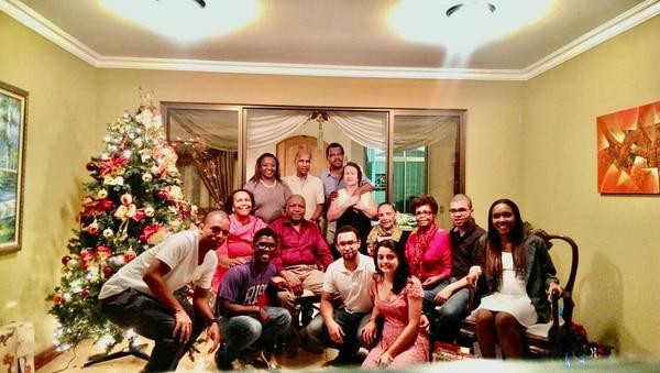 Rudolph Jackson Clark (de fucsia, al centro) en una fotografía familiar. A su lado, su esposa Karol, de 71 años, quien también enfermó de covid-19 pero no requirió internamiento y ya se recupera en su casa, en Brooklyn. En junio, cumplirían 30 años de casados. Foto: cortesía
