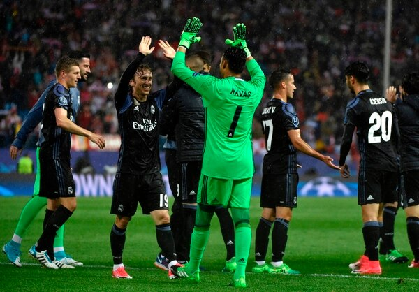 El portero Keylor Navas (1) celebra el pase a la final de la Champions con Luka Modric.