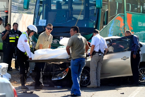 Las dos personas fallecidas viajaban en el vehículo liviano, un Hyundai Elantra color plata.