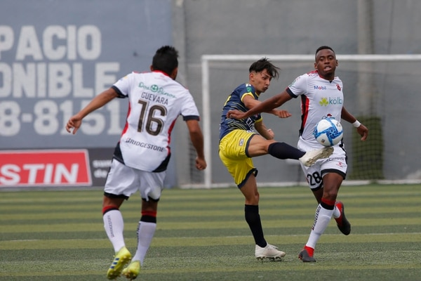 El exmanudo Din John Arias complicó a la defensa eriza en varios lapsos del juego. Foto: Mayela López