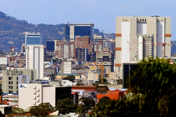 En esta panorámica tomada desde el sector de Granadilla, Curridabat, se evidencia el crecimiento vertical surgido en el centro de la capital, promoviendo una mayor utilización de los suelos. Foto: Rafael Pacheco