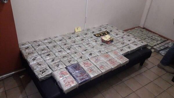 Un importante cargamento de dólares estaba en una habitación de un edificio antiguo, donde funcionan oficinas y locales de alquiler. Foto: OIJ.