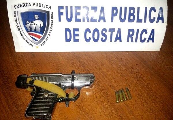 Al menor se le decomisó una pistola calibre 25 con cuatro municiones.