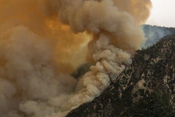 Un incendio se observa por la ladera de una montaña en el Bosque Nacional Ángeles el 10 de setiembre del 2020 al norte de Monrovia, California. Foto: AFP