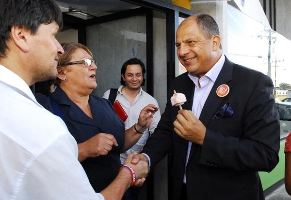 Iván Barrantes (centro) en una escena del 7 de marzo, con Luis Guillermo Solís, quien no se manifestará hasta el lunes sobre el tema de su asesor. Con ellos, la actual diputada Laura Garro y un simpatizante del PAC.   MARIO ROJAS