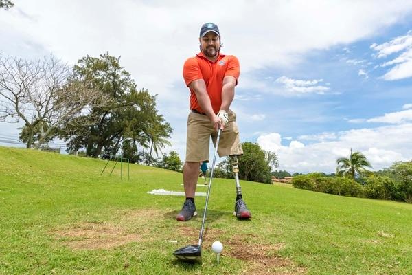 Bonky Campos (de anaranjado) fue uno de los primeros golfistas paralímpicos del grupo. Hace diez años comenzó a practicar. | FOTO: JOSÉ CORDERO