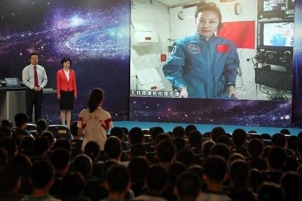 Los astronautas de la misión china Shenzhou-10 impartieron una lección desde el espacio a millones de estudiantes. | AFP