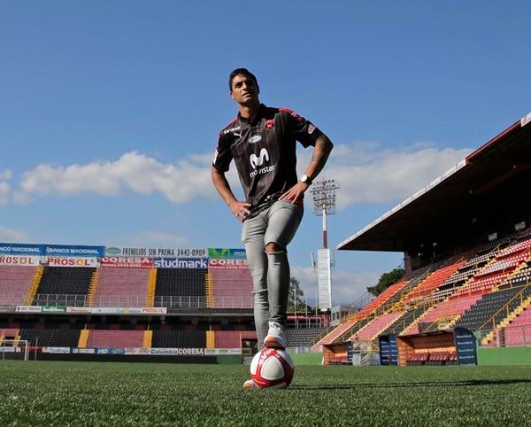 Hernán Rivero, delantero argentino de la Liga, dijo sentirse en plenitud para colaborar con sus compañeros en la cancha.   FRANCISCO BARRANTES
