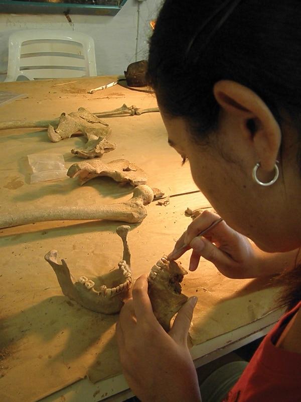 Georgina Pacheco es antropóloga forense en el Organismo de Investigación Judicial desde el 2010, y por su mesa de trabajo pasan los restos en busca de una identidad.