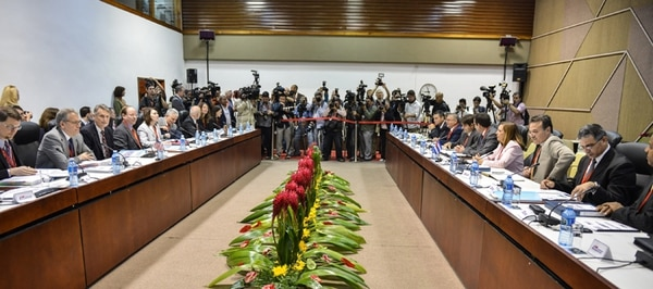 Las delegaciones de Estados Unidos (izquierda) y Cuba sostuvieron ayer su primer encuentro, a puertas cerradas, en el palacio de Convenciones en La Habana. | AFP