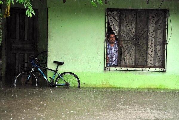 En Puerto Jiménez, varias zonas quedaron incomunicadas y los niveles del agua suben por las constantes lluvias que azotan la zona sur.