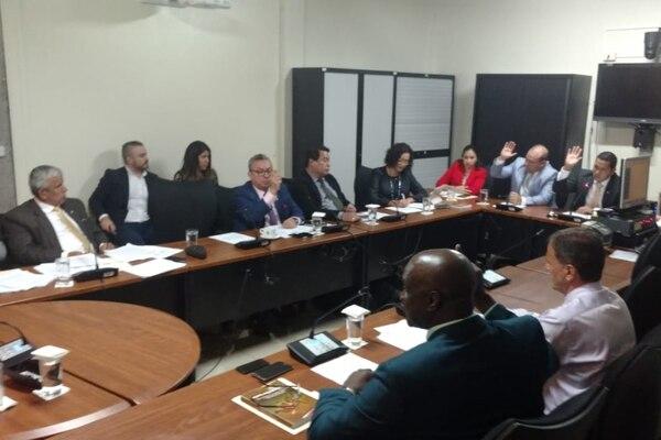 El proyecto de Ley de extinción de dominio tuvo cinco votos a favor, de diputados del PUSC, PLN, PRN y PIN; el jefe del PAC, Víctor Morales Mora, votó en contra porque considera que la versión de PLN/PUSC debilita la persecución de la delincuencia organizada. Foto: Aarón Sequeira.