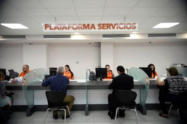 La banca pública limitará, a partir de este lunes 16 de marzo, la cantidad de clientes que atienen en sus oficinas. En cada sucursal solo permitirán el 50% de la ocupación. (Imagen tomada previo a la decisión). Foto: Diana Méndez.