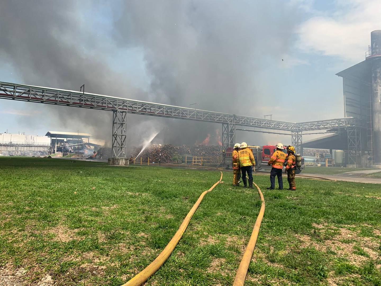 Más de 1000 metros cuadrados con fuego activo encontraron los bomberos al llegar a la bodega en El Coyol. Foto: Cortesía Bomberos
