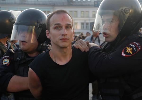 Los oficiales de la Policía detienen a un hombre durante una manifestación en el centro de Moscú, Rusia, el sábado 27 de julio de 2019. Foto: AP