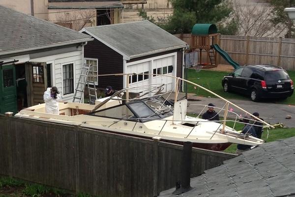 Investigadores trabajaron cerca del lugar donde el día previo, el 19 de abril pasado, en Watertown, cerca de la ciudad de Boston, uno de los dos sospechosos del atentado con bomba durante la maratón fue arrestado. Dzhokhar Tsarnaev, de 19 años, se escondió en este bote durante varias horas antes de ser capturado.
