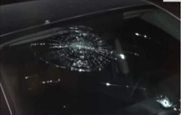Así quedó el parabrisas del carro de Henry Figueroa. Fotografía: Diario Diez