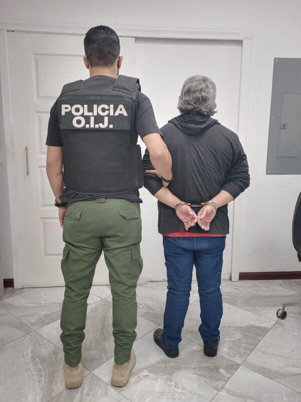El pasado viernes, el OIJ divulgó esta imagen de la detención de un hombre de apellido Arrieta, sospechoso de simular la vacunación de un adulto mayor. Foto: Cortesía OIJ