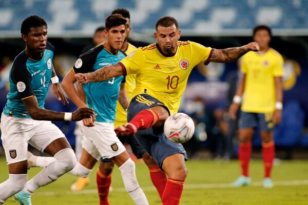 Colombia's Edwin Cardona shoots to score against Ecuador during the Conmebol Copa America 2021 football tournament group phase match at the Pantanal Arena in Cuiaba, Brazil, on June 13, 2021. (Photo by SILVIO AVILA / AFP)