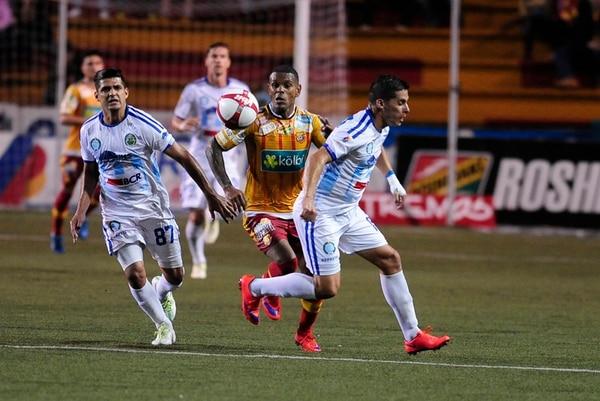 El florense Kenny Cunningham intenta dejarse un balón ante la marca de Mauricio Montero (izq.) e Ignacio Quesada. | JOHN DURÁN