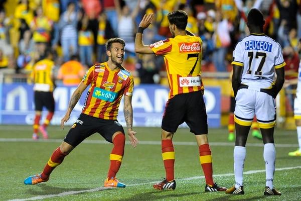 Francisco Calvo celebra con Yendrick Ruiz (7). El Team retomó el rumbo en la batalla por el liderato, a siete puntos de la Liga. | LUIS NAVARRO