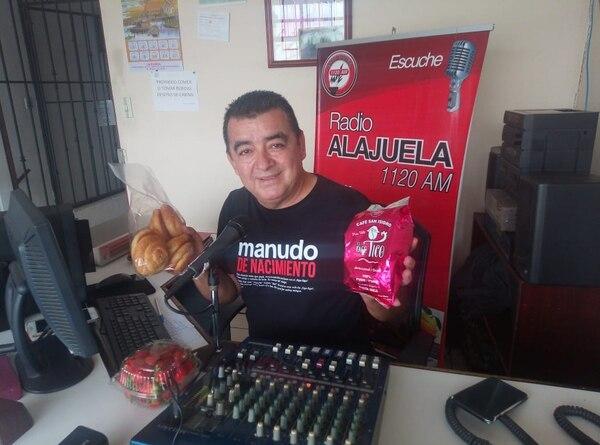 Ramiro Rodríguez anuncia los productos en sus programas de radio y la ruta de venta. Foto: Shirley Vásquez