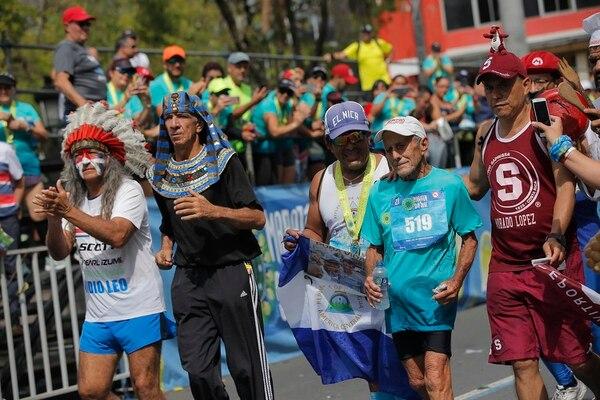 El momento en que Ahmed Al Salan cruzaba la meta al completar los 21 kilómetros en la Maratón de San José. Fotografía: Mayela López
