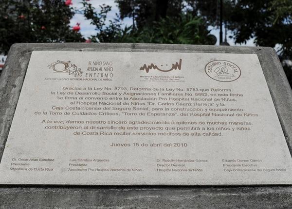 Esta placa está en el jardín, frente al hospital, justo donde debería estar la torre de cuidados críticos. | JORGE NAVARRO